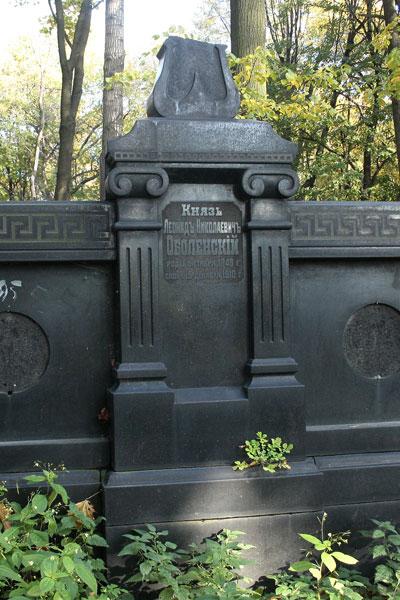 Надгробье на могиле Л. Н. Оболенского на Новодевичьем кладбище Санкт-Петербурга.