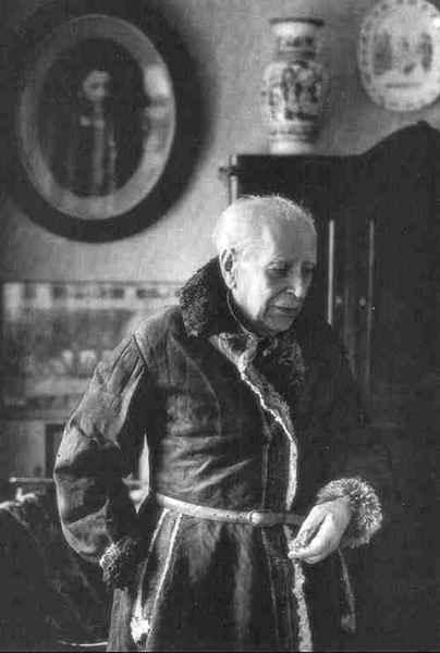 Д.С.Лихачев в романовском овчинном полушубке - свидетеле соловецкого заключения. Фотография 1990-х гг.