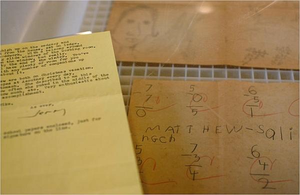 Слева — письмо 1966 года, в котором упоминается домашняя работа сына Сэлинджера. Наконец-то нашлась и сама работа. (Фото Todd Heisler / The New York Times.)