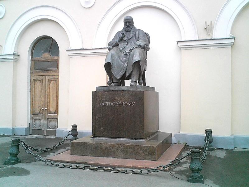 Памятник Островскому у Малого театра в Москве