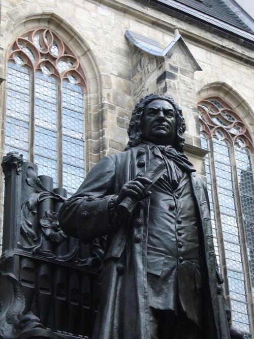 Памятник И. С. Баху у церкви Св. Фомы в Лейпциге